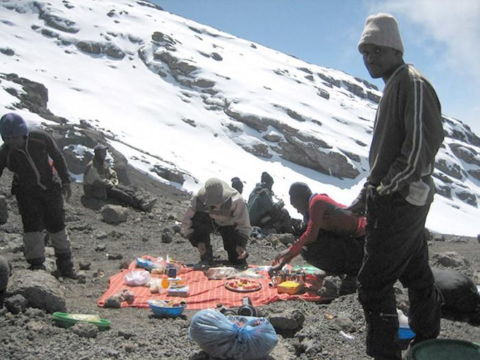 Preparando una comida en la subida al Kilimanjaro