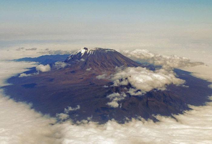 El Monte Kilimanjaro emerge entre las nubes  en medio de África