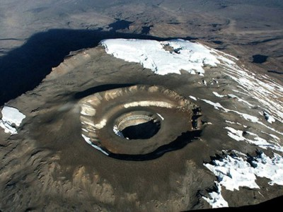 El crater Reusch en la parte superior del volcán Kilimanjaro